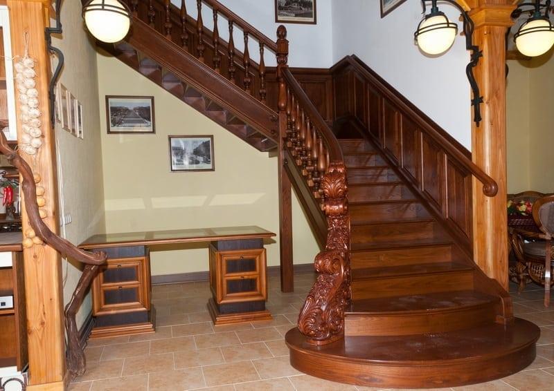 покрытие лестницы лаком